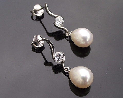 oval-pearl-drop-earrings